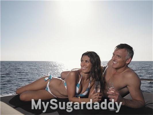 homem mais velho em barco com mulher jovem