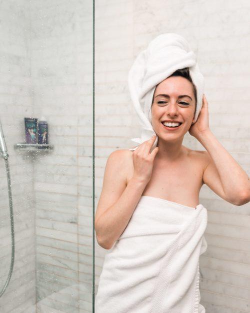 Conheça os benefícios do banho gelado para a saúde.