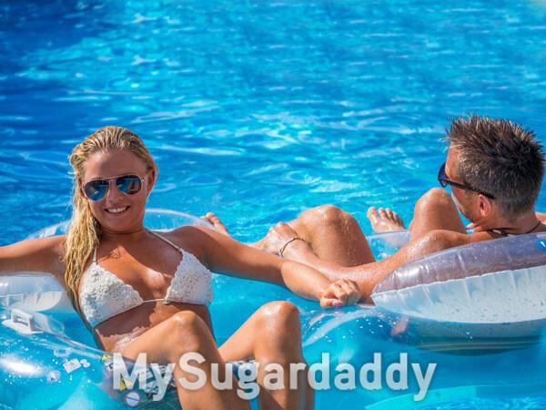 home e muher em piscina