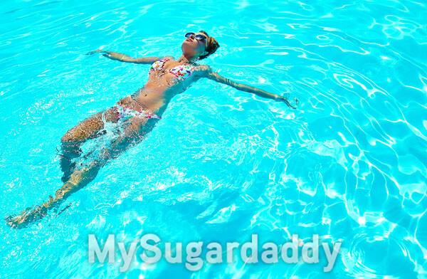 mulher relaxando na piscina
