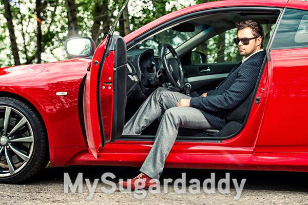 homem sugar daddy em carro de luxo