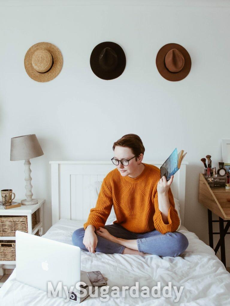 Mulher com livro na mao no quarto