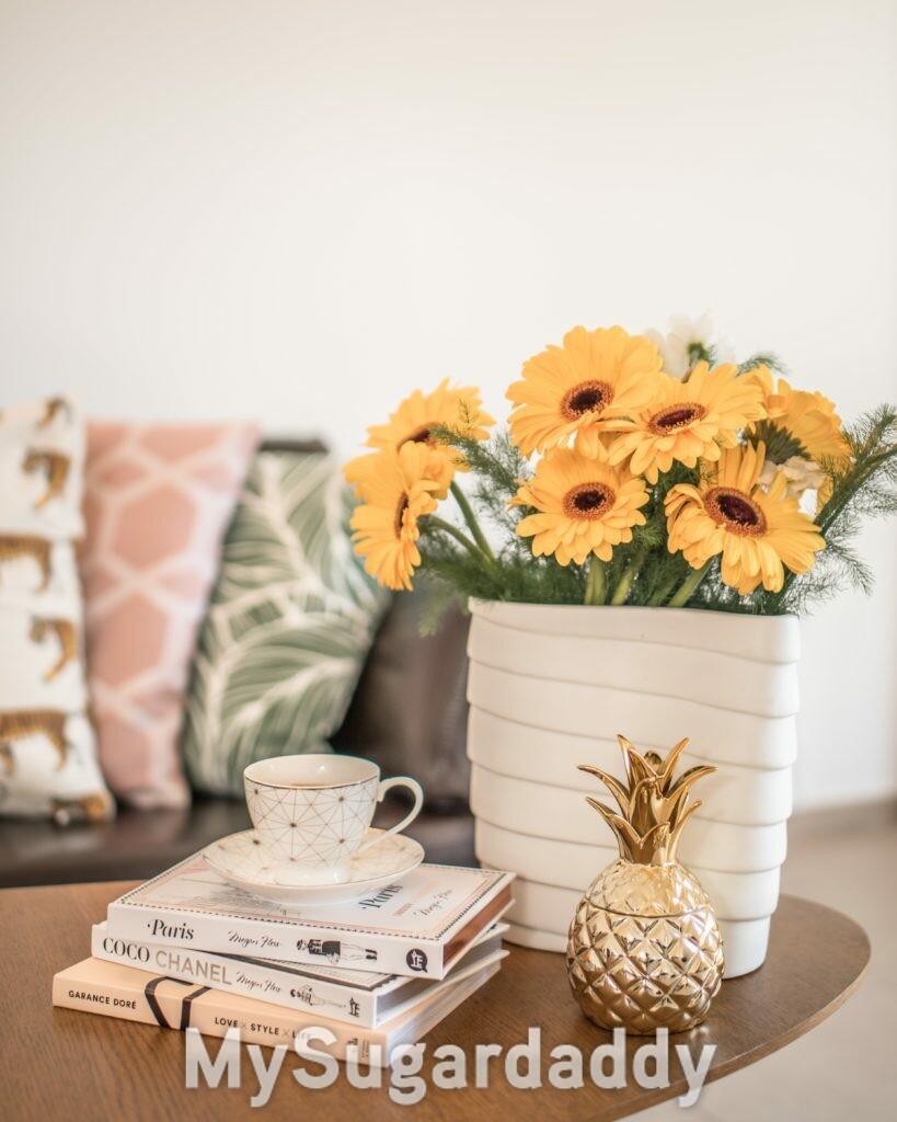 Mesinha com livros e flores amarelas coco chanel