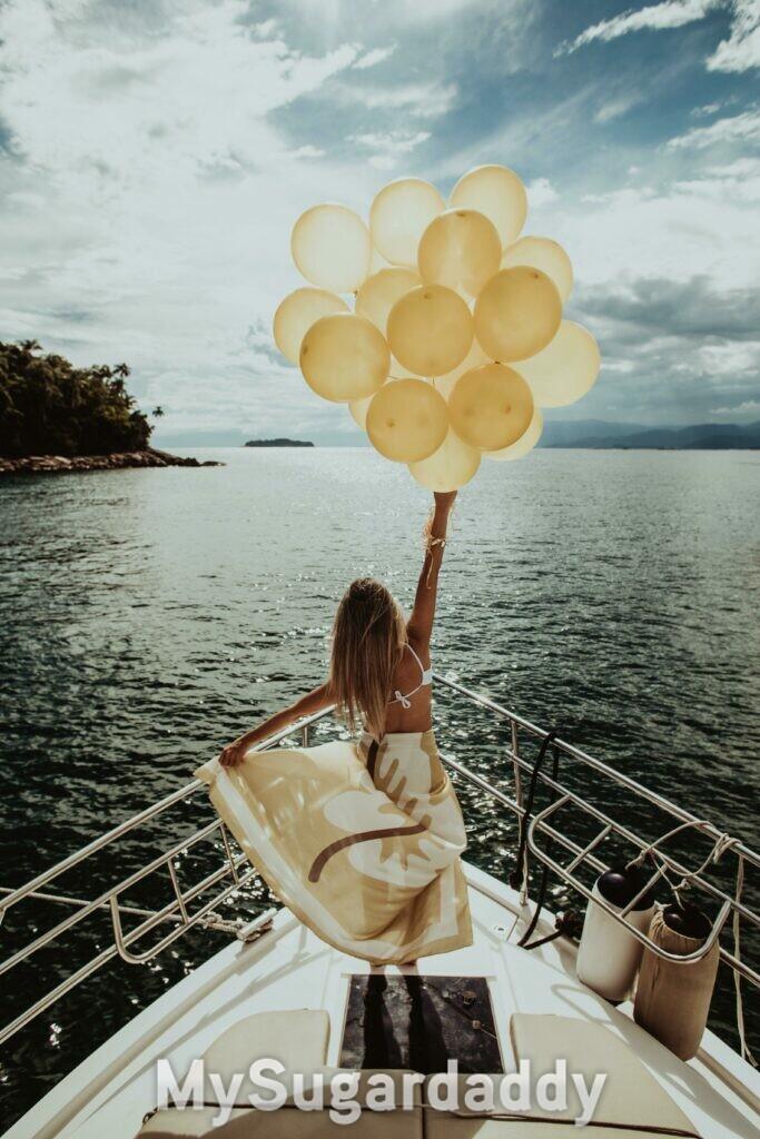 mulher com baloes em iate