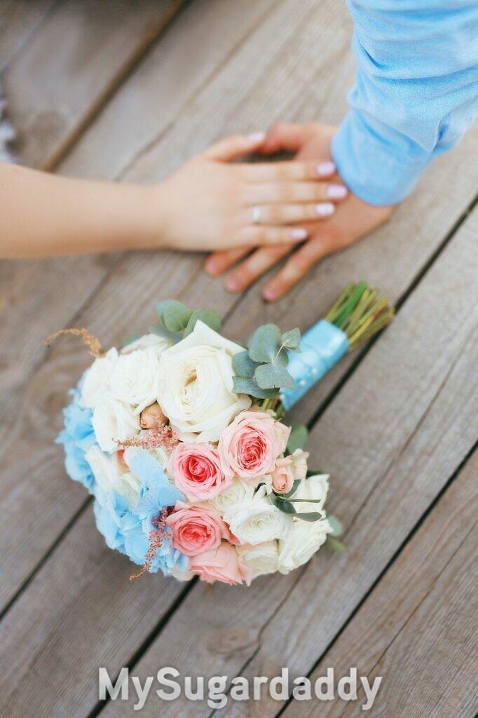 buquê de noiva e aliancas