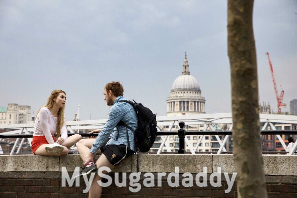 jovem mulher e homem conversando na cidade