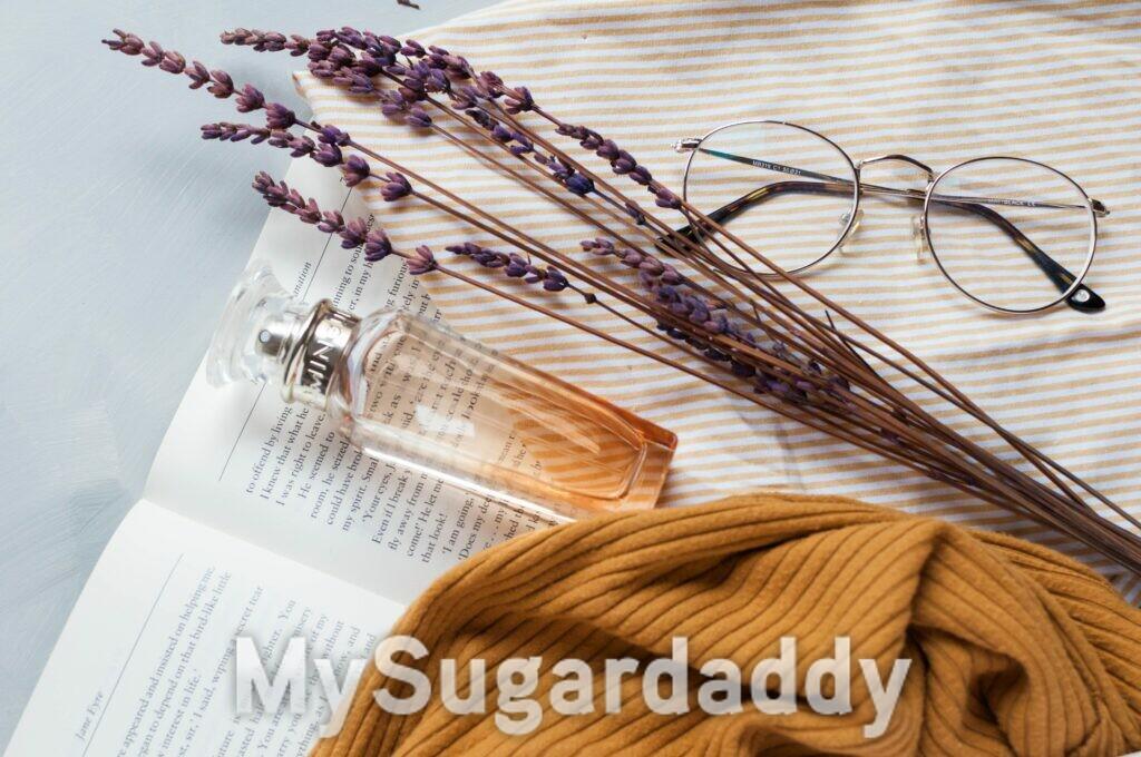 livro perfume e óculos