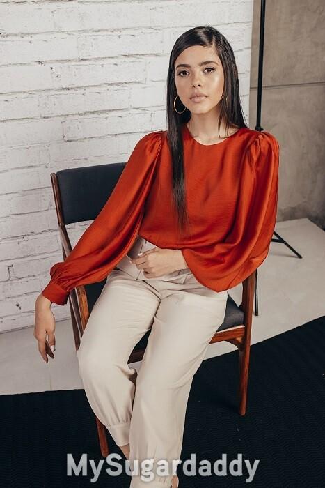 conselhos-sobre-elegancia-mulher-jovem-blusa-vermelha-calcas-brancas
